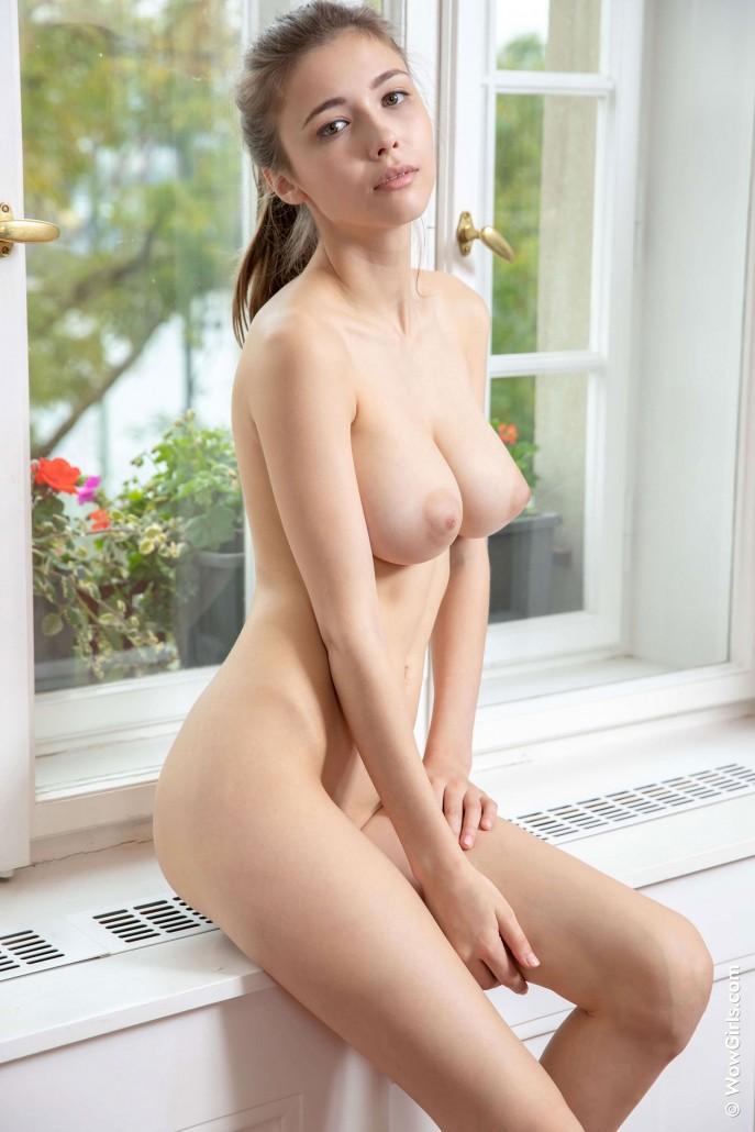 Фото молодая девушка с большими сиськами