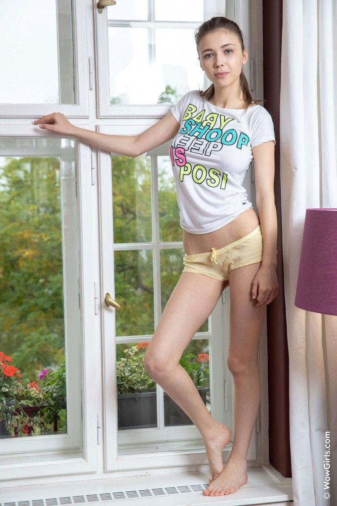 Молодая девушка с большими сиськами.