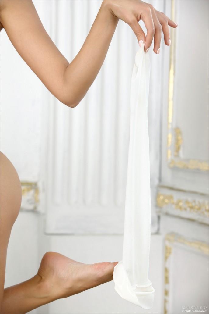 Голая фотомодель с прекрасным молодым телом
