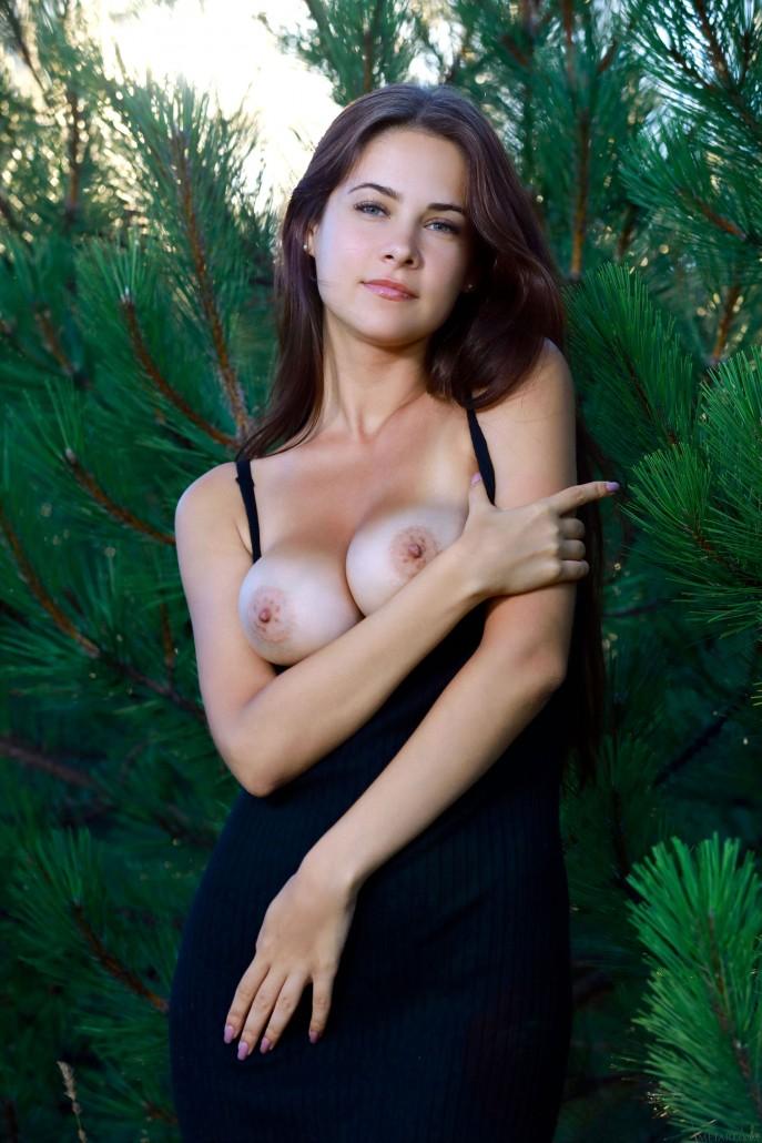 Грудастая соседка крутит жопой в еловом лесу.