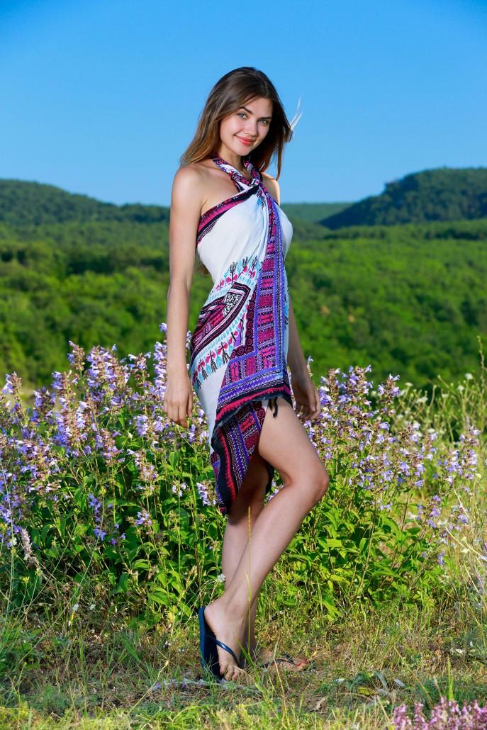 Голая молодая девушка в поле.