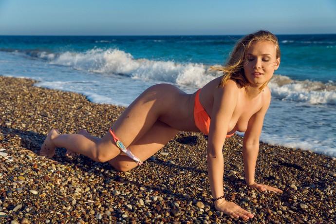 Эротические фото девушки на пляже.