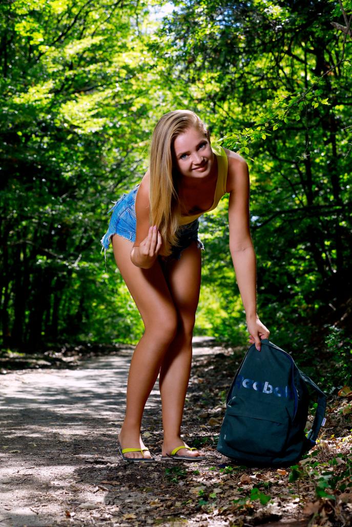 Девушка показала пизду в лесу.