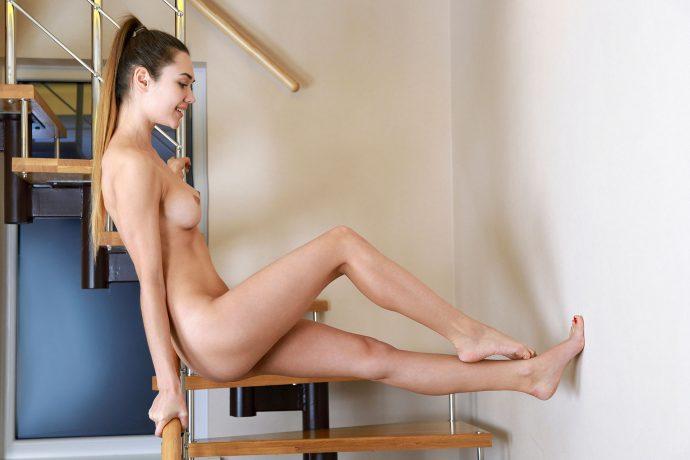 Голая Арина хочет секса на лестнице.