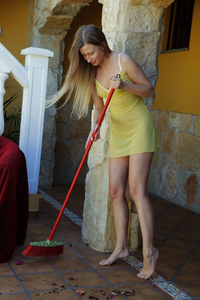 Голая молодая хозяйка убирается в доме.