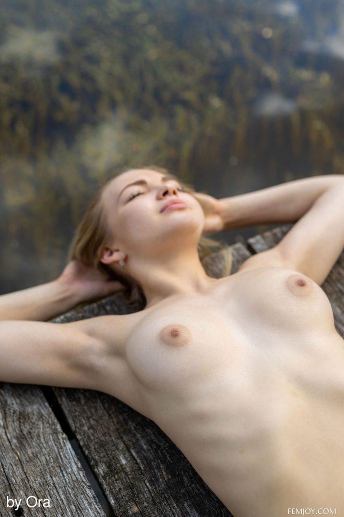 Обнажённая девушка стирает свои трусики.