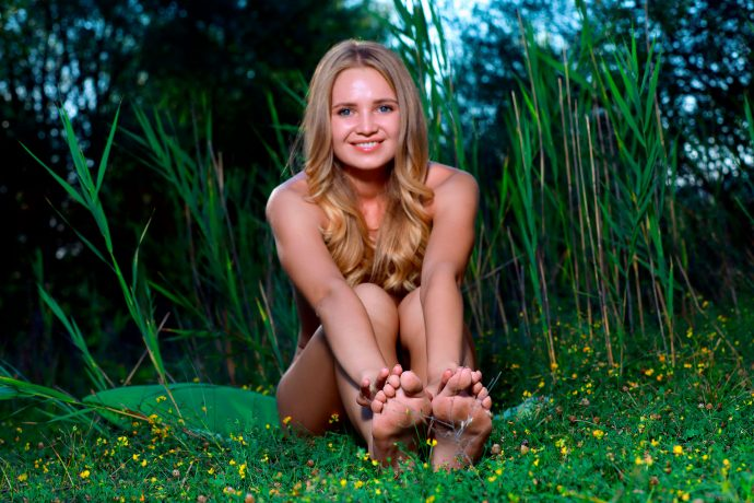 Молодая анальщица отдыхает на природе.