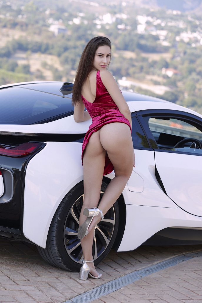 Голая девушка в машине богатого папика.