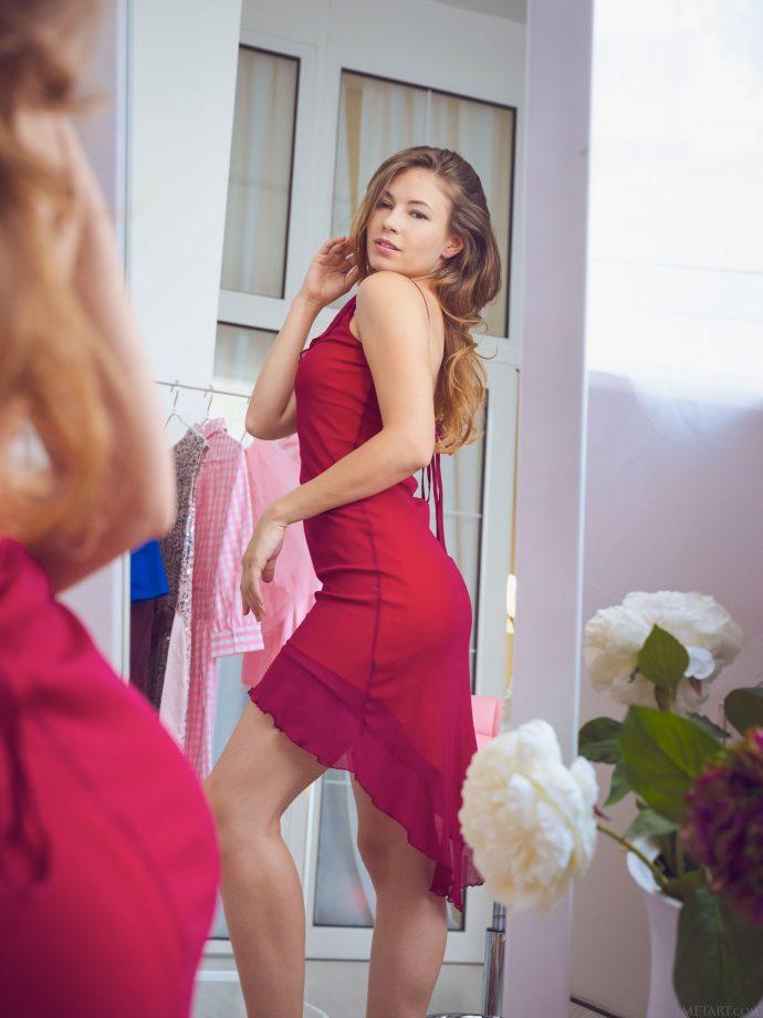 Голая Люси выбирает платье на вечеринку.