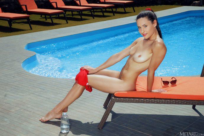 Голая Варя открыла купальный сезон.
