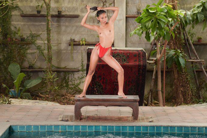 Голая филиппинка с маленьким задником.
