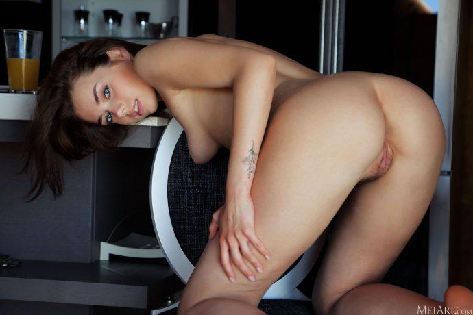 Голая девушка из Белоруссии забыла побрить.
