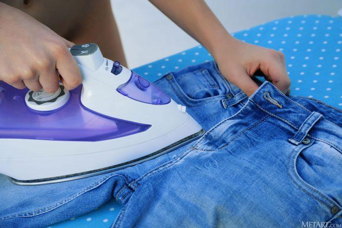 Голая молодая украинка гладит джинсы