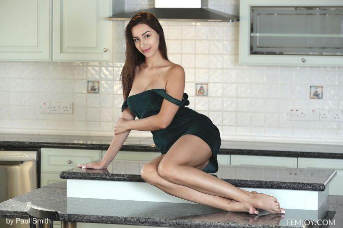 Голые сиськи на кухне