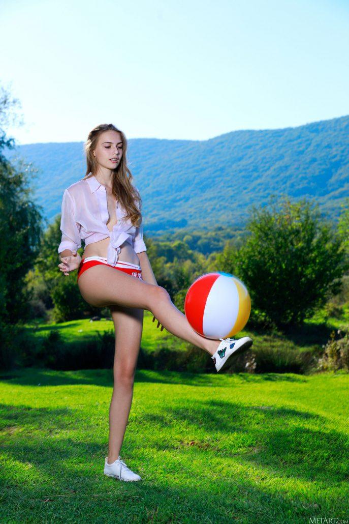 Голая Тамара играет с мячиком
