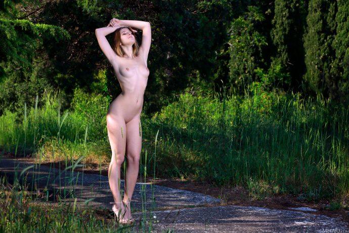 Фотографии голой студентки в летнем парке