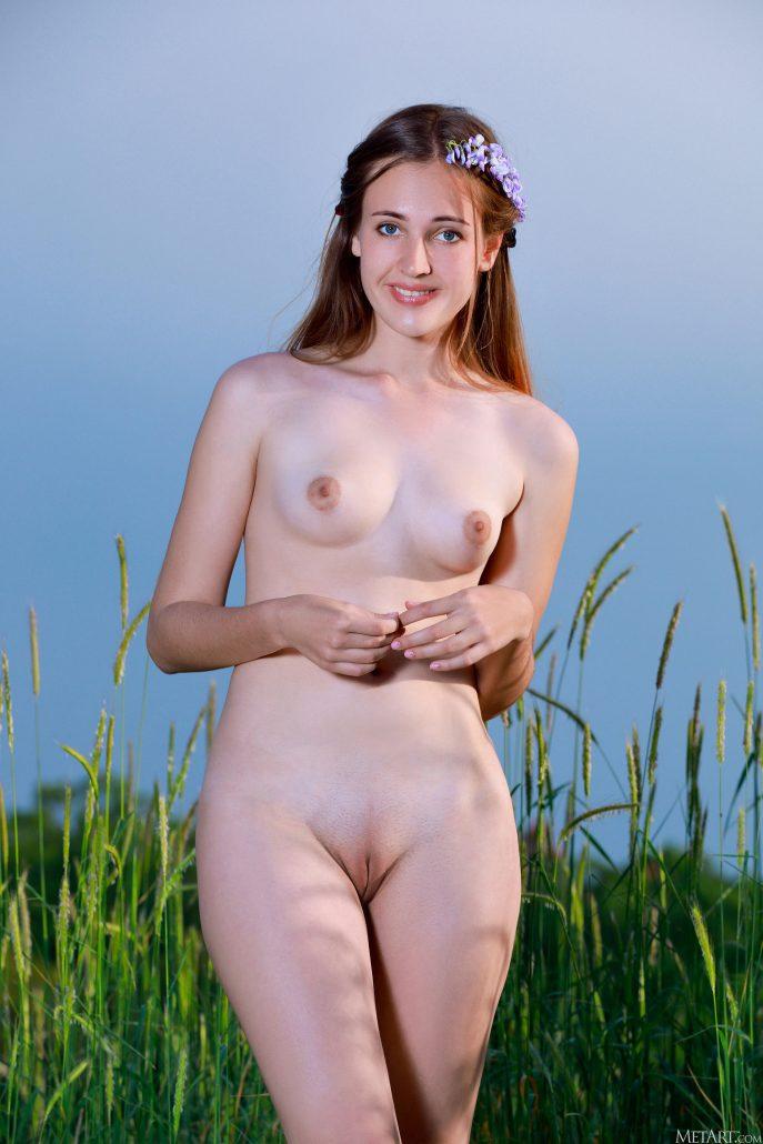 Эротическая фотосессия в колхозном поле