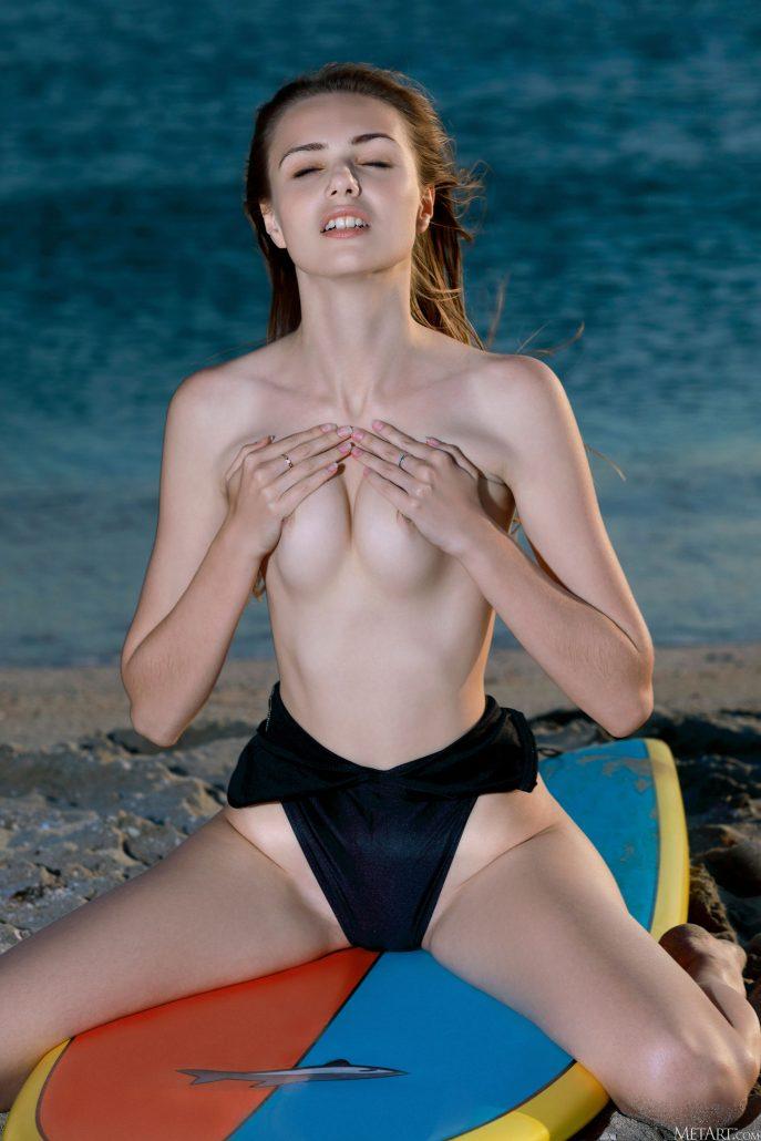 Эротическое фото голой серфингистки