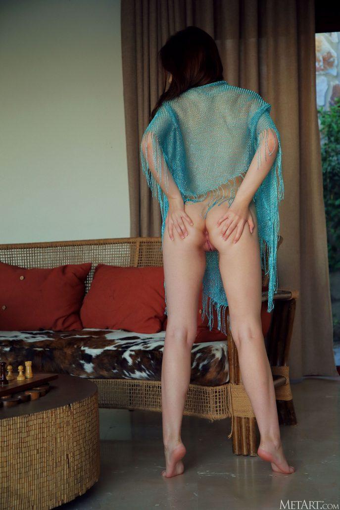 Голая жена соседа в откровенной фотосессии