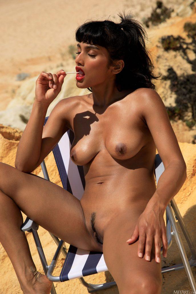 Голая девушка из персидского залива