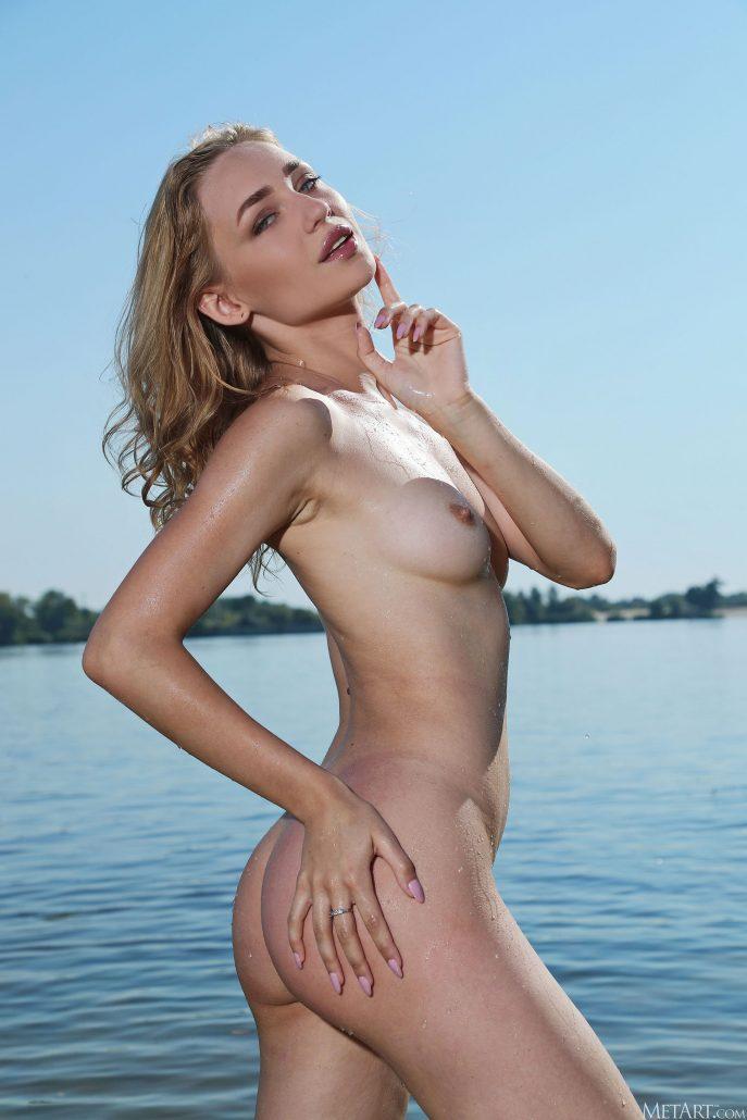 Красивая украинка показала пизду на речке
