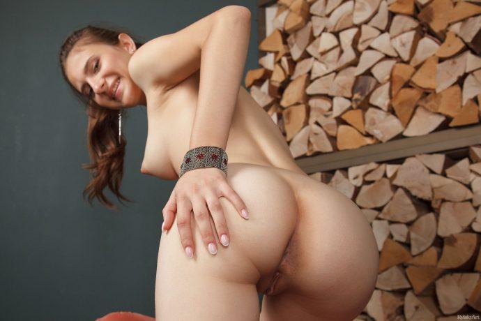 Голая девушка из Белоруссии обещает кирпичный стояк