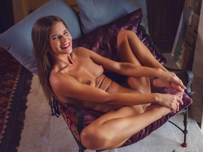 Сексуальная гречанка дрочит пальцем киску