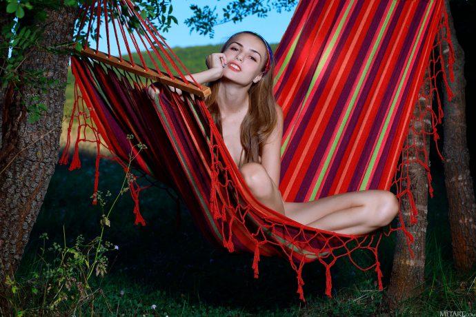 Голая Екатерина отдыхает в гамаке