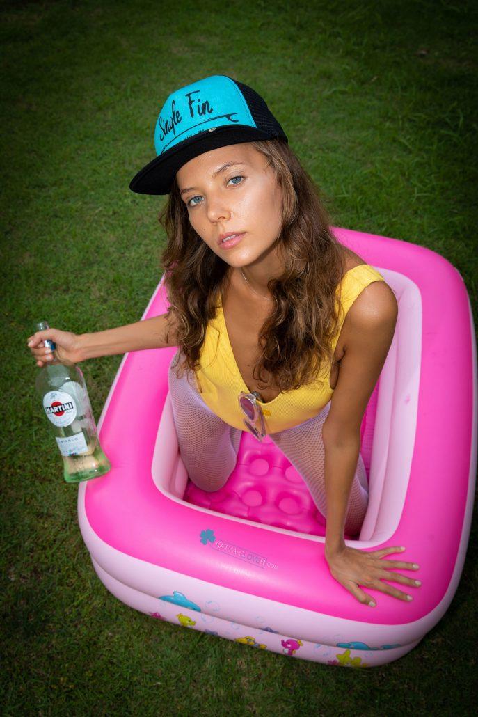 Пьяная Катя разделась догола
