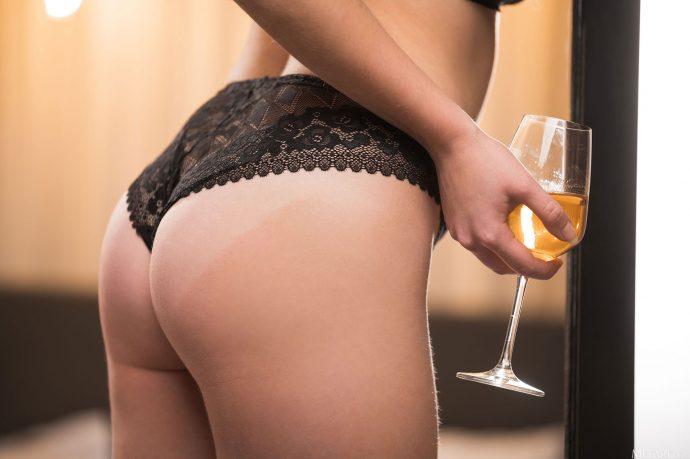 Голая Эльвира выпивает в одиночестве