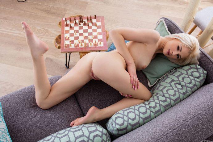 Голая блондинка изучает игру в шахматы