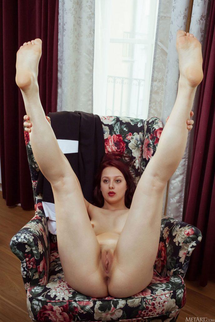 Голая молдаванка раздвигает ножки