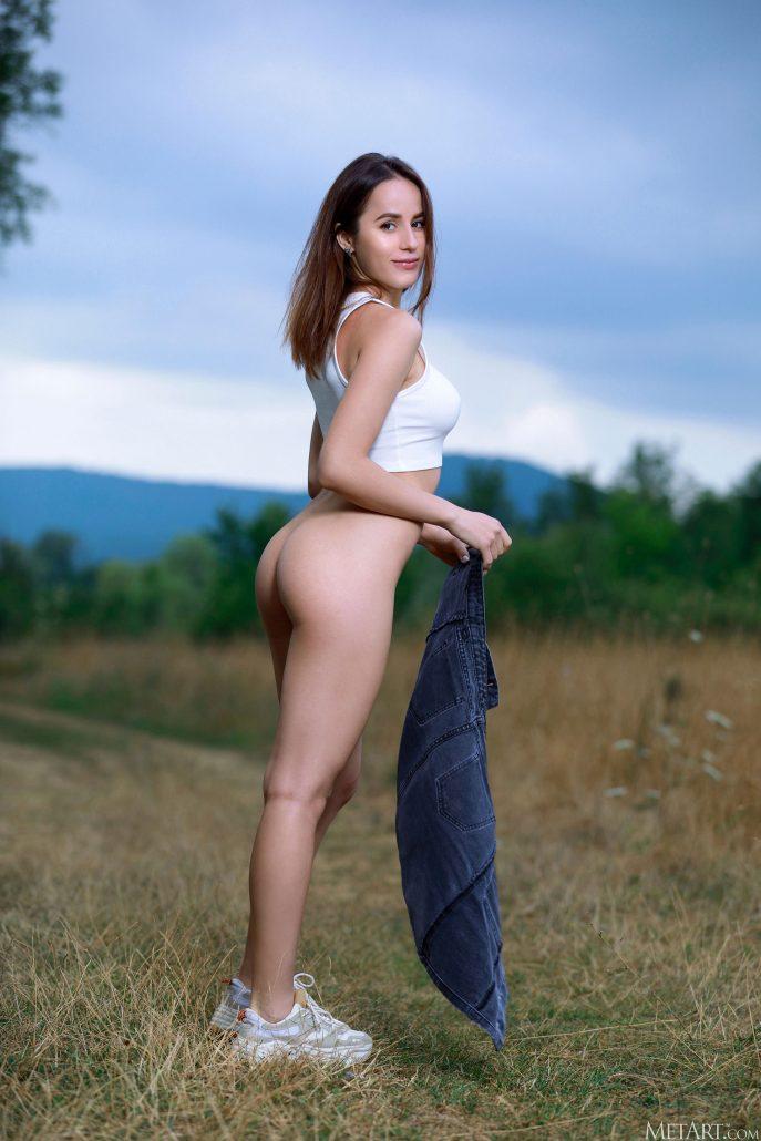 Голая Линда фотосессия на природе