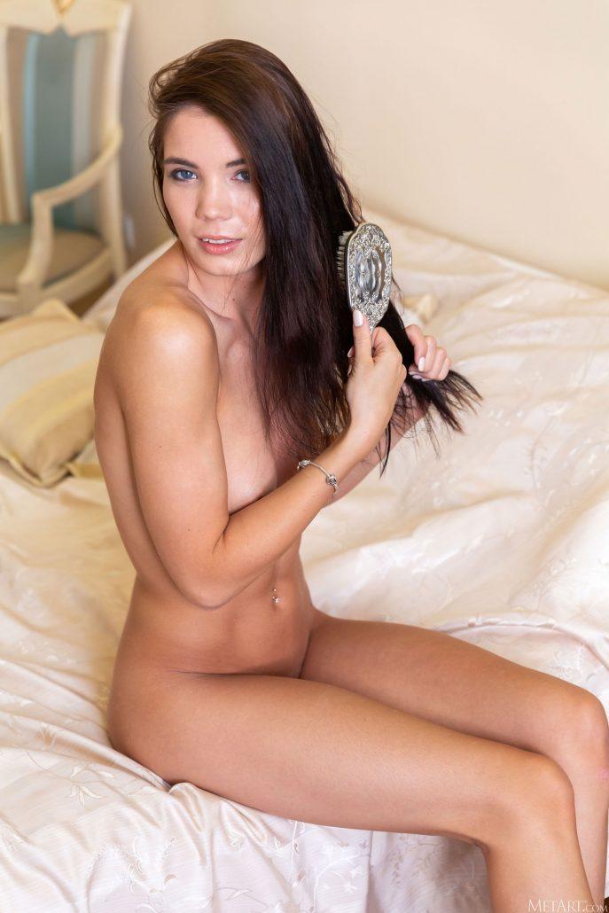На фото голая молодая экскортница