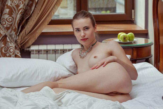 Голая Илона отдыхает после дня рождения