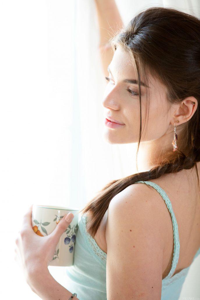 Голая брюнетка пьёт утренний кофе