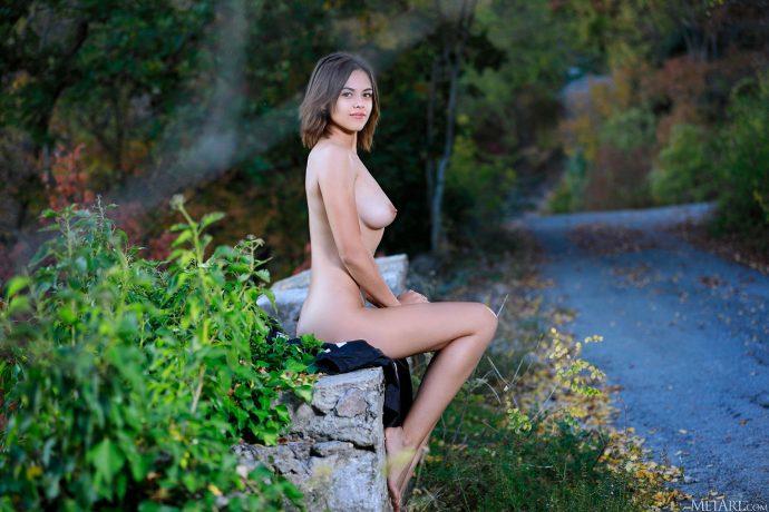 Голая девушка 19 лет в осеннем парке