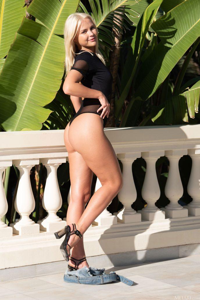 Голая Ника на балконе роскошного пентхауса