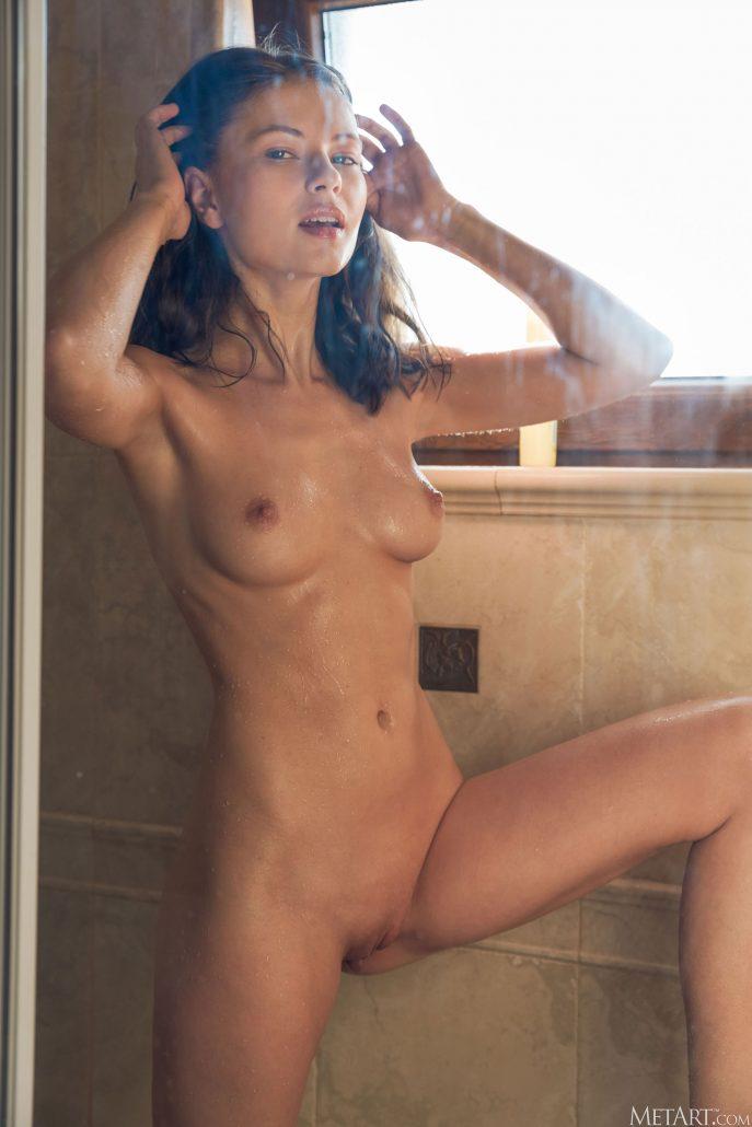 Голая Ванесса принимает утренний душ