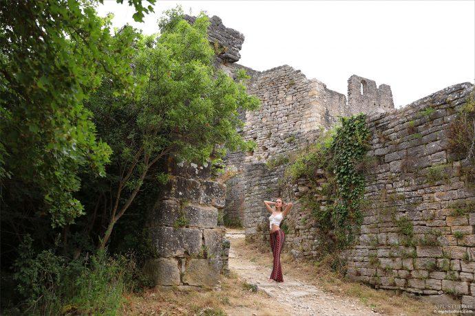 Голая Лана возле старой крепости