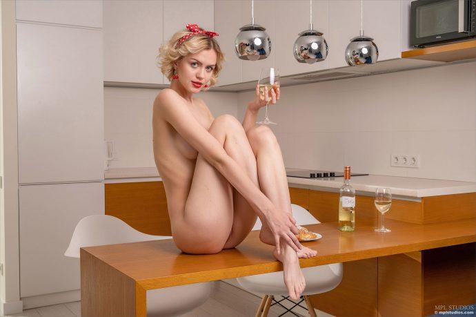 Голая кухарка готовится к ужину