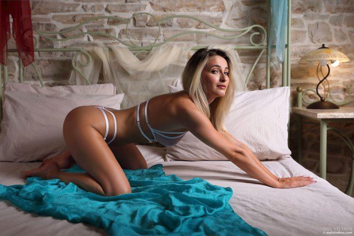 Сексуальная порнозвезда на кровати ждёт лысого
