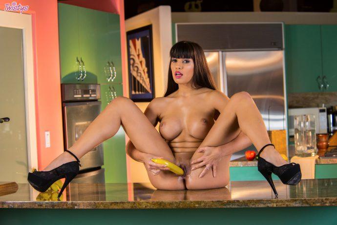 Порнозвезда с большими сиськами в эротике с бананом
