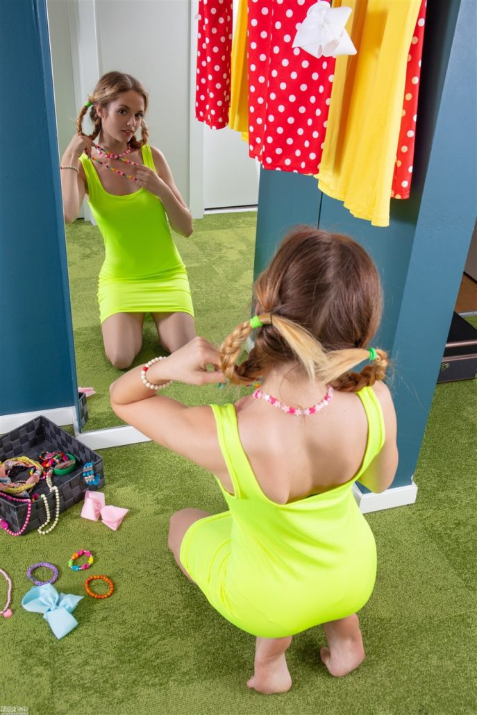 Эротическая фотосессия девушки в 18 лет