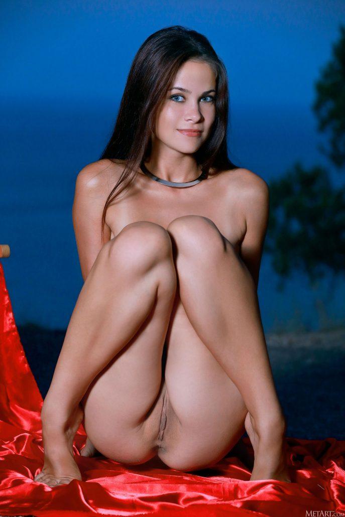 Голая брюнетка с большими сиськами
