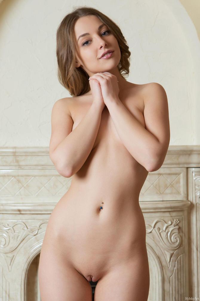На фото эротические позы от красотки из России