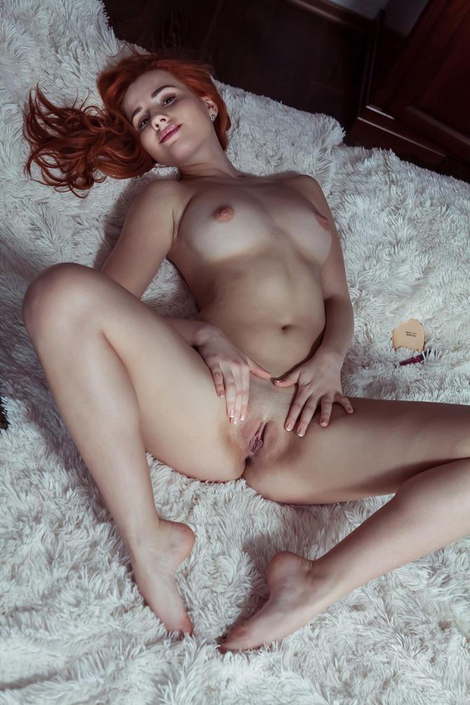 Сексуальная попа рыжей девушки 19 лет