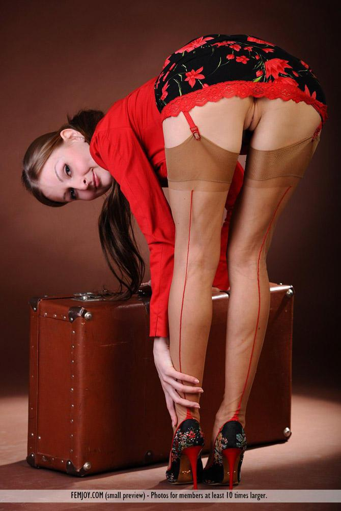 сняла одежду, эро фото девушки в юбках и платьях показывают стриптиз как психотерапевт
