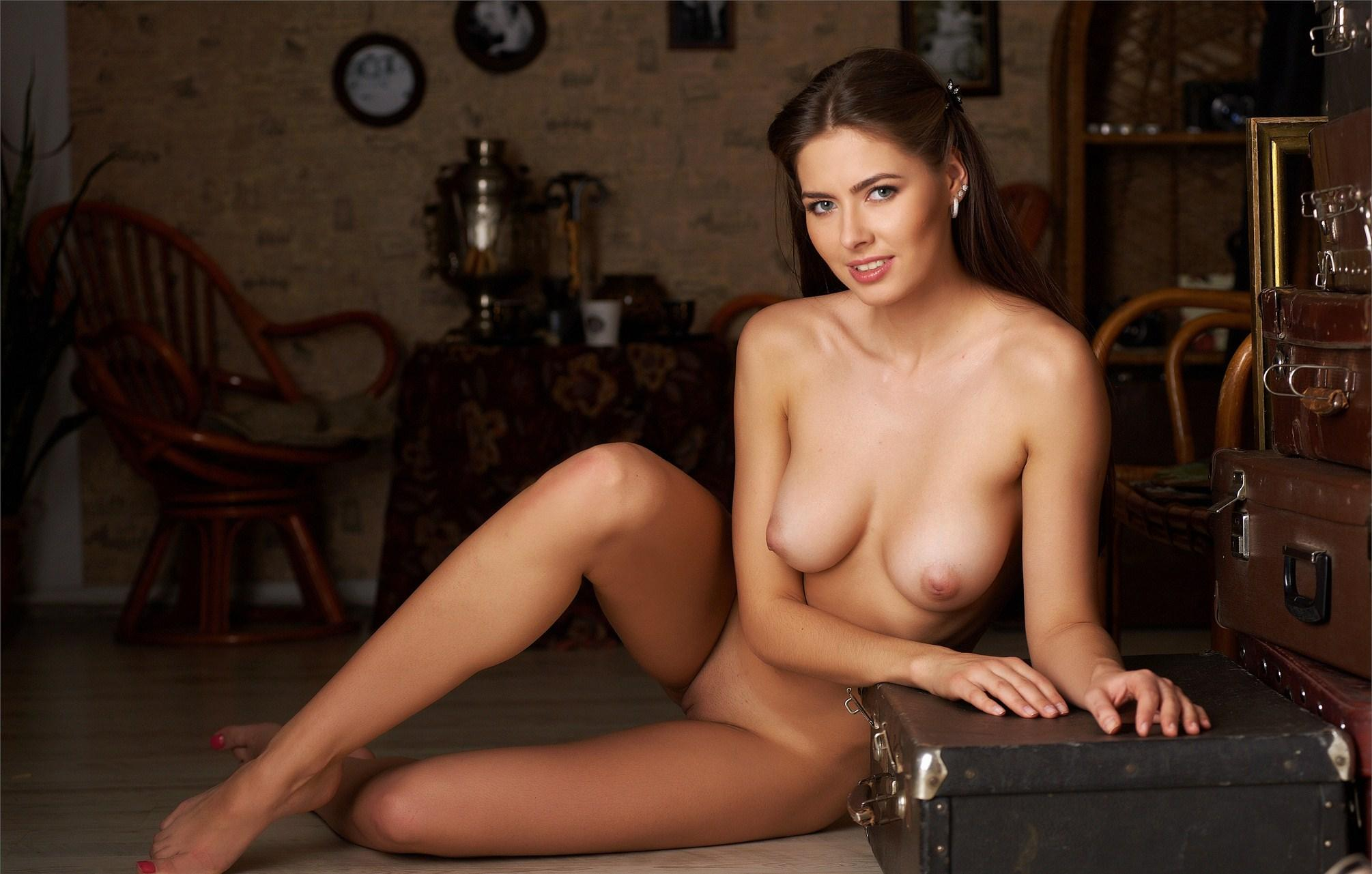 Arianna glamour nude brunette