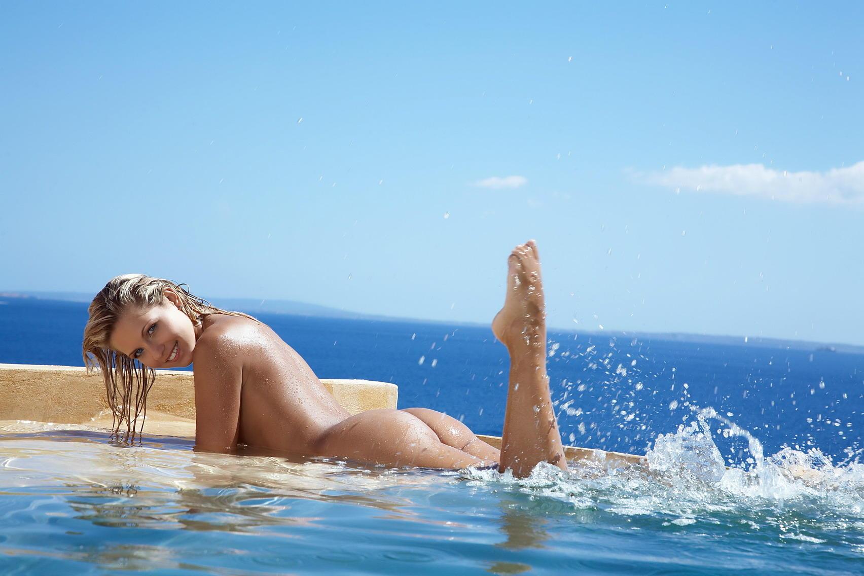 смотреть эротику красивых блондинок у моря наоборот
